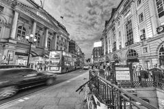 LONDRES - 15 DE MAIO DE 2015: Turistas e locals em torno do Cir de Piccadilly Foto de Stock Royalty Free