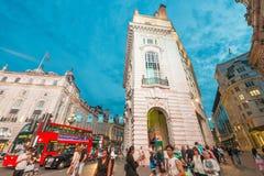 LONDRES - 15 DE MAIO DE 2015: Turistas e locals em torno do Cir de Piccadilly Imagem de Stock Royalty Free