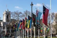 LONDRES - 13 DE MARÇO: Bandeiras que voam no quadrado do parlamento em Londres sobre Foto de Stock Royalty Free