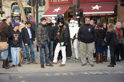 Darth Vader e Stormtroopers para fora e aproximadamente em Londons Trafalgar Fotografia de Stock Royalty Free