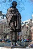 LONDRES - 13 DE MARÇO: Estátua de Mahatma Gandhi no quadrado do parlamento Fotografia de Stock Royalty Free