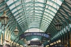 Londres - 30 de março: Mercado famoso da maçã o 30 de março de 2017 Imagens de Stock