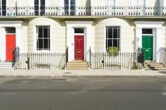 Londres - 30 de março: Uma fileira de casas de cidade típicas em Londres Kensington com portas coloridas o 30 de março de 2017 Imagem de Stock