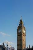 LONDRES - 13 DE MARÇO: Vista de Big Ben através do quadrado do parlamento em Lo Fotografia de Stock