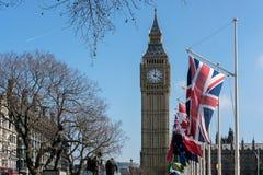 LONDRES - 13 DE MARÇO: Vista de Big Ben através do quadrado do parlamento em Lo Fotografia de Stock Royalty Free