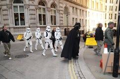 Darth Vader y Stormtroopers hacia fuera y alrededor en Londons Trafalgar Imágenes de archivo libres de regalías