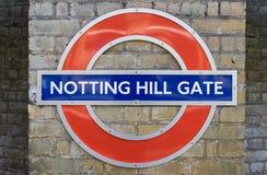 Londres - 30 de marzo: Muestra de la estación del metro de la puerta de Notting Hill encendido Imagen de archivo libre de regalías