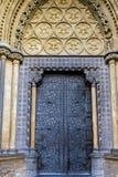 LONDRES - 13 DE MARZO: Puerta exterior en la abadía de Westminster en Londres o Foto de archivo