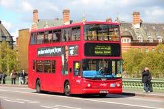 Autobús de dos pisos en Londres Imágenes de archivo libres de regalías