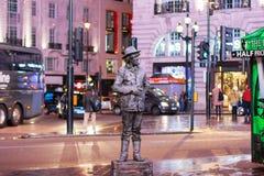 LONDRES - 17 DE NOVEMBRO DE 2016: Um anfitrião vivo da rua da estátua Fotos de Stock Royalty Free