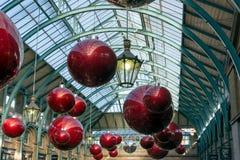 LONDRES - 3 DE NOVEMBRO: Deorations do Natal no jardim de Covent em L Foto de Stock