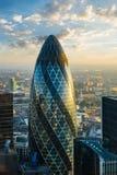 LONDRES - 1º DE OUTUBRO: Construção do pepino (30 St Mary Axe) durante o nascer do sol em Londres o 1º de outubro de 2015 Imagens de Stock