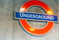 LONDRES - 25 DE SETEMBRO DE 2016: Símbolo subterrâneo fora do subwa Fotos de Stock Royalty Free
