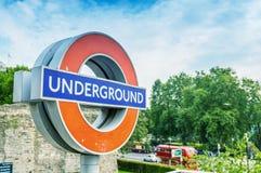 LONDRES - 28 DE SETEMBRO DE 2013: Sinal do metro na rua Londres s Imagens de Stock