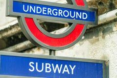 LONDRES - 24 DE SETEMBRO DE 2016: Sinal subterrâneo da entrada Londres U Foto de Stock Royalty Free