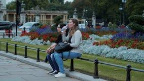 Londres de visita - dois amigos em uma viagem sightseeing vídeos de arquivo