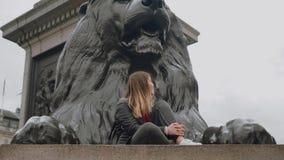 Londres de visita - dois amigos em uma viagem sightseeing video estoque