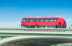 Londres Decker Bus dobro vermelho clássico que acelera na rua da cidade foto de stock royalty free