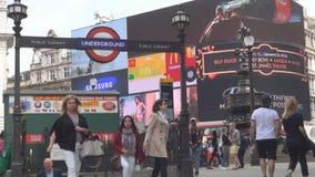 Londres do centro com tráfego dos povos e de carros da estação de metro em Piccadilly Circus filme