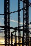 Londres do leste, Inglaterra, Reino Unido - 17 de fevereiro de 2018: Ideia de estruturas de aço vazias do gasômetro no por do sol fotos de stock royalty free