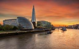 Londres e o rio Tamisa durante o tempo do por do sol fotos de stock