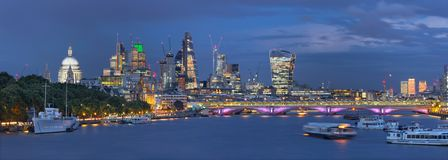 Londres - el panorama de la tarde de la ciudad con los rascacielos en el centro y de Canary Wharf en el fondo imagen de archivo