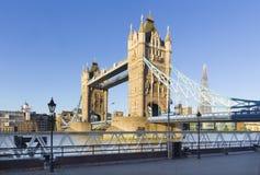 Londres - el panorama del puente de la torre, orilla en luz de la mañana imagen de archivo libre de regalías