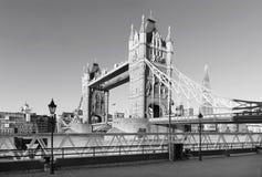 Londres - el panorama del puente de la torre, orilla en luz moring imagen de archivo libre de regalías
