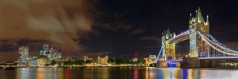 Londres - el panorama nocturno con el puente de la torre, la torre y los rascacielos del discrict financiero imágenes de archivo libres de regalías