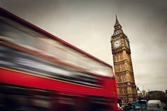 Londres, el Reino Unido. Autobús rojo en el movimiento y Big Ben Imagenes de archivo