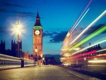 Londres, el Reino Unido. Autobús rojo en el movimiento y Big Ben Imagen de archivo libre de regalías