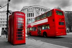 Londres, el Reino Unido. Cabina de teléfono roja y autobús rojo Fotos de archivo libres de regalías