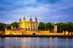 Londres, el Reino Unido de Gran Bretaña: Opinión de la noche de la torre de Londres, Reino Unido fotos de archivo libres de regalías