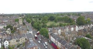 Londres, el Reino Unido, la Gran Bretaña, la Inglaterra, parque común de Clapham, cantidad aérea, del abejón con muchos árboles y almacen de video