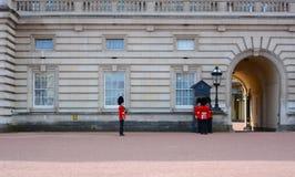 LONDRES - em abril de 2016: Mudança do protetor no Buckingham Palace Fotografia de Stock