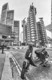 LONDRES - EM MAIO DE 2013: Velomotor vermelho velho no distrito financeiro Londo Imagem de Stock Royalty Free