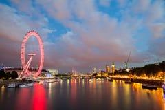 Londres en el amanecer Visión desde el puente de oro del jubileo Foto de archivo