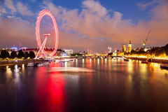 Londres en el amanecer Visión desde el puente de oro del jubileo Imagen de archivo libre de regalías