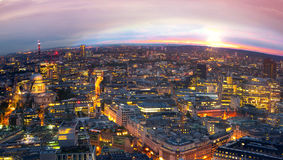 Londres en la puesta del sol Fondo de la ciudad La noche enciende al lado de Westminster Imagenes de archivo