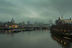 Londres en niebla Imagen de archivo libre de regalías