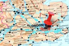 Londres a goupillé sur une carte de l'Europe Photo stock