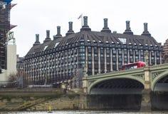 Londres, Gr? Bretanha 12 de abril de 2019 Casa da grade levadi?a 1 St do parlamento, estrada da ponte de Westminster imagem de stock