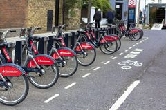 Londres, Gr? Bretanha 12 de abril de 2019 Rua de Kensington Bicicletas do aluguer em Londres com ciclos de Santander imagem de stock