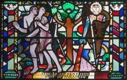 LONDRES, GRÂ BRETANHA - 16 DE SETEMBRO DE 2017: A expulsão de Adam e de véspera do paraíso no vitral em St Etheldre da igreja imagens de stock royalty free