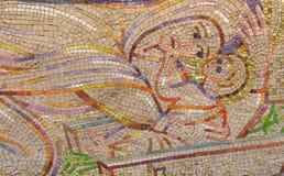 LONDRES, GRÂ BRETANHA - 18 DE SETEMBRO DE 2017: O mosaico moderno da natividade na igreja Notre Dame de la France por Boris Anrep foto de stock
