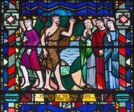 LONDRES, GRÂ BRETANHA - 16 DE SETEMBRO DE 2017: O sermão de St John o batista no vitral em St Etheldreda da igreja Imagem de Stock