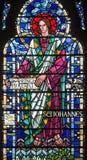 LONDRES, GRÂ BRETANHA - 16 DE SETEMBRO DE 2017: O St John o evangelista no vitral em St Etheldreda da igreja Imagem de Stock Royalty Free