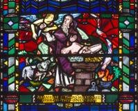 LONDRES, GRÂ BRETANHA - 16 DE SETEMBRO DE 2017: O vitral de Abraham Offers Isaac no Mt Moriah em St Etheldreda da igreja imagem de stock royalty free