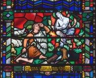 LONDRES, GRÂ BRETANHA - 16 DE SETEMBRO DE 2017: O vitral de Moses e de Bush ardente em St Etheldreda da igreja foto de stock royalty free