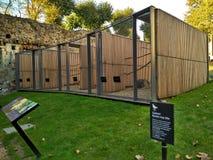 Londres/Gran Bretaña - 31 de octubre de 2016: Jaulas grandes para los cuervos en el territorio de la torre de Londres foto de archivo libre de regalías